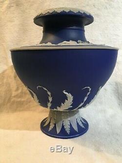 Wedgwood Cobalt Jasperware pair vase urns paire d'urnes