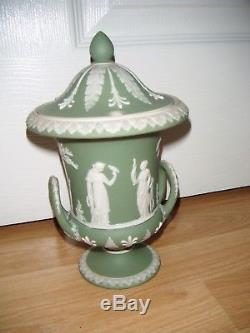 Antiquité Wedgwood Jasper Ware Vert 8.5 Urne Campanula À Couvercle