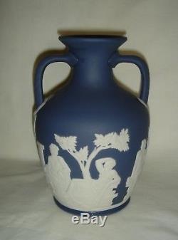 Beau Vintage Wedgwood Bleu Foncé Et Blanc Jasper Ware Portland Urne Vase
