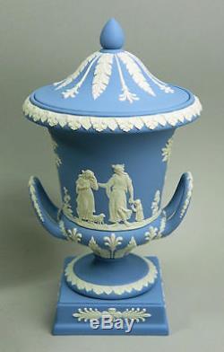Beau Wedgwood Blue Jasper Ware Grand Vase De Forme Campana Et Couvercle C. 1971