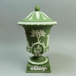 Beau Wedgwood Vert Jasper Ware Campana Forme Piédestal Vase C. 1969