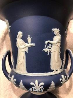C. 1891 Grand État À La Menthe De Wedgwood Portland Bleu Jasperware Urne À La Menthe