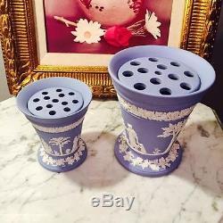 Ensemble Rare Vintage De Deux Vases Évasés De Wedgwood Jasperware Avec Des Insertions De Grenouille