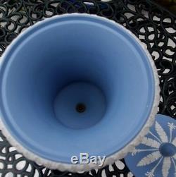 Grande Urne À Couvercle Vintage Wedgwood Blue Jasperware Avec Des Reliefs Appliqués C1957