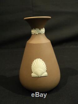 Joli Petit Vase De Cabinet De Jasperware De Chocolat De Wedgwood Avec La Décoration De Coquille