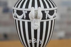 Le Moteur De Wedgwood Black Jasper Ware A Tourné Les Têtes D'urne Bacchus Couvertes Avec Des Cornes