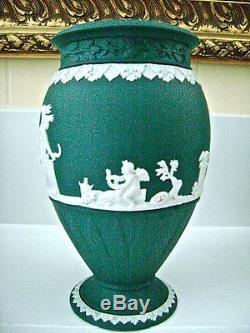 Lovely Wedgwood Épinette Vert Jasper Ware 7 3/4 Piédestal Vase Mint