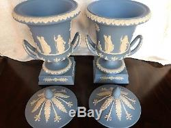 Match Pair Wedgwood Blue Jasperware Piédestal Campana Urnes Mint Conditon