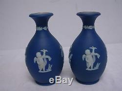 Paire D'ancien Wedgwood Angleterre Bleu Foncé Jasperware 5 Vases Bud Avec Cherubs