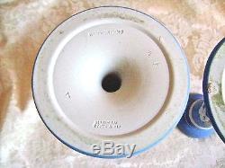 Paire De Marguerites Anciennes Plongées Blanches Sur Jasperware Bleu 6 3/4 Chandeliers