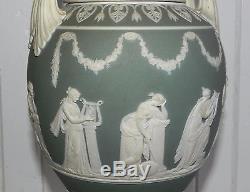 Paire De Pampilles Antiques Wedgwood Jasperware Sage Green Urns 1 Poignée À Double Paupière