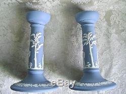 Paire Exquise De Wedgwood Blanc Sur Bleu Jasperware 6 3/4 Bougeoirs
