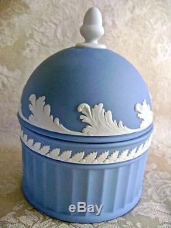 Rare Lovely Wedgwood Blanc Sur Blue Jasperware Ronde Gland Boîte Et Piédestal Bol