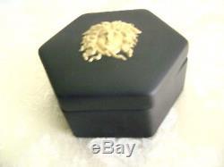 Très Rare Méduse D'or De Wedgwood Sur La Boîte À Couvercle Hexagonale Noire De Jasperware