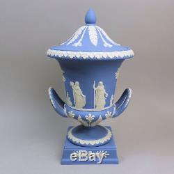 Un Beau Wedgwood Twin Manipulé Campana Forme Piédestal Blue Jasper Ware Vase