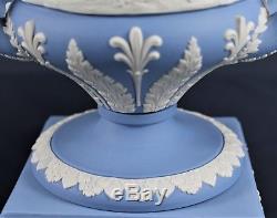 Wedgwood Jasper Ware Urne Vase Bleu Blanc Offre Au Piédestal De Poignées De Couvercle De Paix