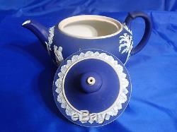 Wedgwood Jasperware Théière Et Couvercle En Couleur Crème Sur Wedgwood Blue